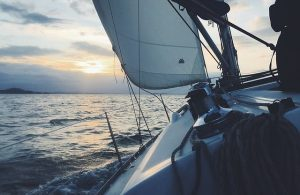 Barco de Vela navegando al atardecer