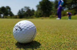 Pelota de golf en un campo de golf