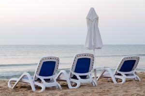Playa con hamacas y sombrilla